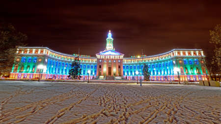 El centro de Denver en la Navidad. Edificio de Denver Ciudad y Condado decorada con luces navide�as. photo