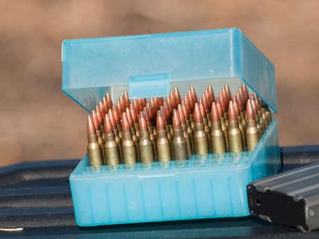 상자에 총알의 행. 스톡 콘텐츠