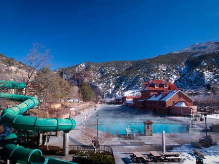 resortes: El mayor mineral al aire libre piscina de aguas termales en el mundo. Editorial