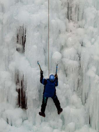 Alpinist ascenting una cascata congelata nel parco del ghiaccio, Ouray. Archivio Fotografico - 12058691