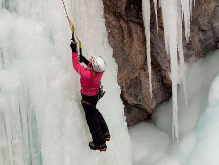 Alpinist ascenting una cascata ghiacciata in Ice Park, Ouray. Archivio Fotografico - 12058781