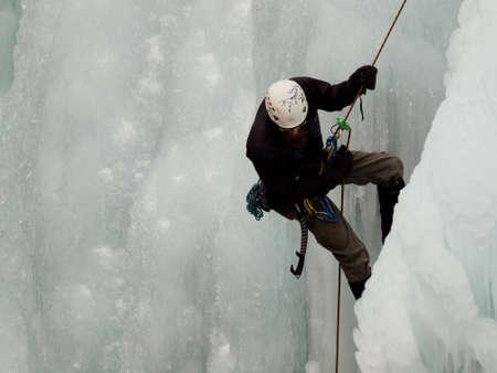 Alpinist ascenting una cascata ghiacciata in Ice Park, Ouray. Archivio Fotografico - 12058641