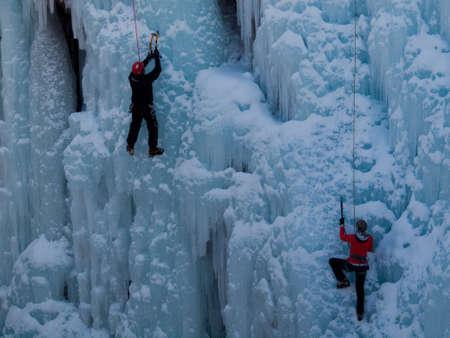 Alpinist ascenting una cascata ghiacciata in Ice Park, Ouray. Archivio Fotografico - 12058940
