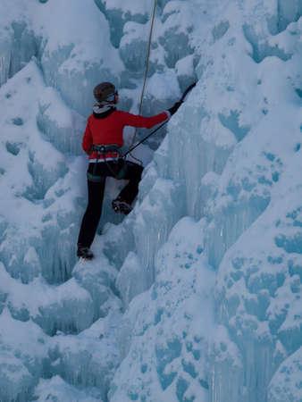 Alpinist ascenting una cascata ghiacciata in Ice Park, Ouray. Archivio Fotografico - 12058862