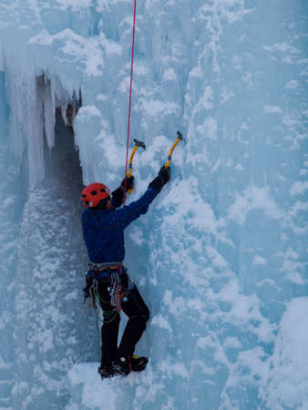 Alpinist ascenting una cascata ghiacciata in Ice Park, Ouray. Archivio Fotografico - 12058891