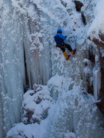Alpinist ascenting una cascata ghiacciata in Ice Park, Ouray. Archivio Fotografico - 12048293