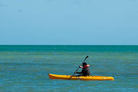 kayak: Man in geel kajak in Key West, Florida.
