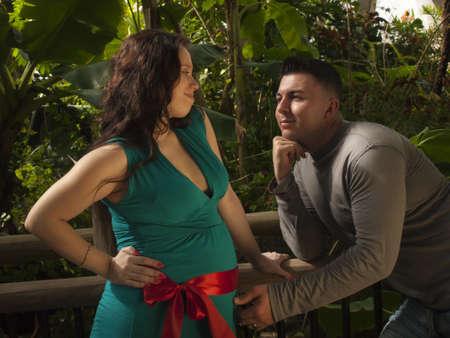 La mujer embarazada y el esposo de pasar tiempo en el jardín. Foto de archivo - 12446284