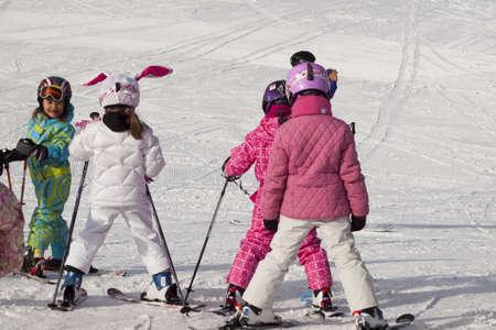 Les petites filles à skier à Vail, au Colorado. Banque d'images - 12412565
