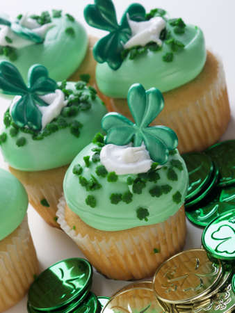 Decorated cupcakes in a festive St. Patrick's day setting with shamrocks. Stockfoto
