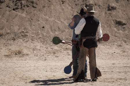 カウボーイ アクション シューティング クラブ。使用銃器は、すなわちレバー アクション小銃、シングル アクションのリボルバー、散弾銃 19 世紀アメリカ西部に存在するものに基づいています。 写真素材 - 13118673