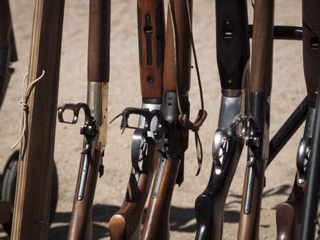 カウボーイ アクション シューティング クラブ。使用銃器は、すなわちレバー アクション小銃、シングル アクションのリボルバー、散弾銃 19 世紀アメリカ西部に存在するものに基づいています。 写真素材 - 13118468