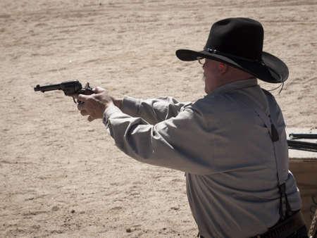 カウボーイ アクション シューティング クラブ。使用銃器は、すなわちレバー アクション小銃、シングル アクションのリボルバー、散弾銃 19 世紀アメリカ西部に存在するものに基づいています。 写真素材 - 13118538