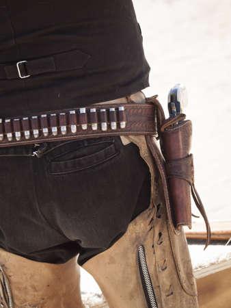 gun shell: Acci�n Cowboy Shooting Club. Las armas de fuego utilizadas se basan en las que exist�an en el siglo 19 Oeste americano, es decir, rifle de palanca, un rev�lver de acci�n simple, y una escopeta. Editorial