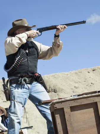 カウボーイ アクション シューティング クラブ。使用銃器は、すなわちレバー アクション小銃、シングル アクションのリボルバー、散弾銃 19 世紀アメリカ西部に存在するものに基づいています。 写真素材 - 13118375
