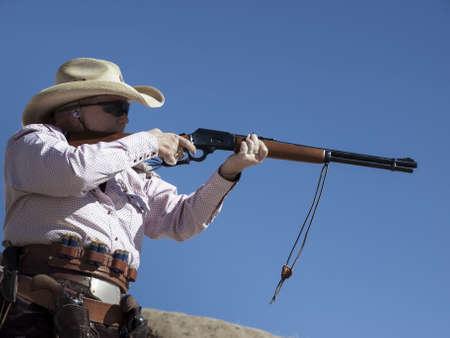 カウボーイ アクション射撃クラブ。使用銃器すなわちレバー アクション小銃、シングル アクション リボルバーおよび散弾銃 19 世紀アメリカ西部に存在するものに基づいています。 写真素材 - 13118320