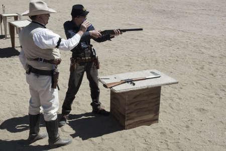 カウボーイ アクション シューティング クラブ。使用銃器は、すなわちレバー アクション小銃、シングル アクションのリボルバー、散弾銃 19 世紀アメリカ西部に存在するものに基づいています。 写真素材 - 13118525