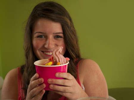 chicas adolescentes: Las adolescentes comer yogur helado Soft Serve.