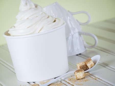 치즈 케이크 냉동 요구르트 한잔 또는 소프트 아이스크림을 제공합니다.