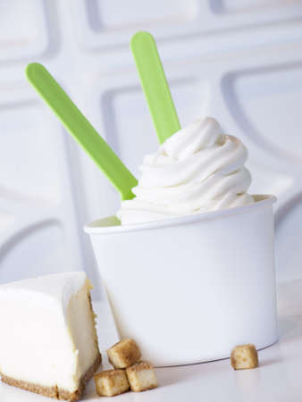 Cup of cheesecake frozen yogurt or soft serve ice cream. Imagens