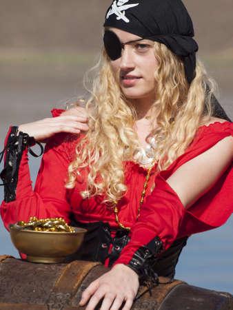 mujer pirata: Hermosa joven pirata mujer en vestido rojo.