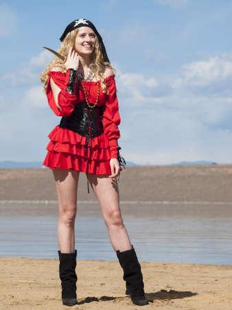 mujer pirata: Hermosa joven pirata femenina en el vestido rojo.