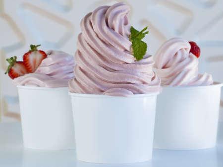 comida congelada: Copa de yogur de fresa congelada o suave servir helado con fruta fresca.