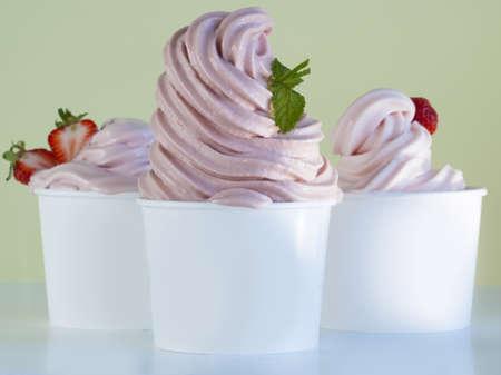 딸기 냉동 요구르트 한잔 또는 소프트는 신선한 과일과 아이스크림을 제공합니다.