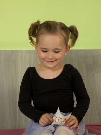 Jonge ballerina plezier met bevroren yoghurt zachte geserveerd.