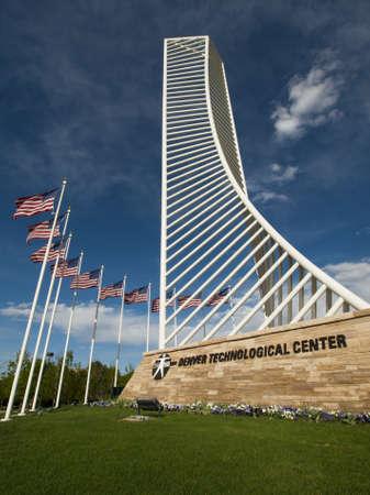 meant: Il Denver Tech Center ? simboleggiato dalla Monument Identit? DTC, il che significava per assomigliare il quadro di un grattacielo.