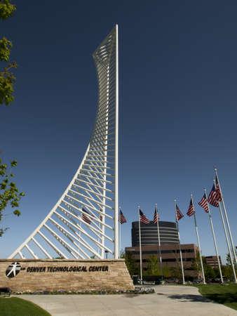 meant: Il Denver Tech Center � simboleggiata dal monumento Identity DTC, il che significava per assomigliare il quadro di un grattacielo.