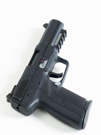 FN 5-7 は、大容量マガジン、両手利きのコントロール、低反跳と特定のカートリッジ タイプを使用するときのソフト防弾チョッキを貫通する能力を持 報道画像