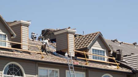 repairing: Arreglo del techo de un edificio de apartamentos en Colorado.