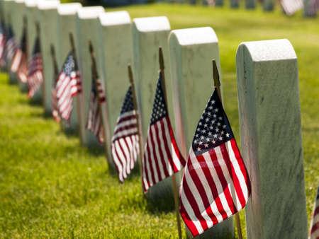 Eindeloze rij van wit marmer grafstenen loopt door boven heuveltop in het Fort Logan National Cemetery in Denver, Colorado. Amerikaanse vlaggen versieren ieder graf aan het Memorial Day te markeren. Redactioneel