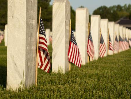 Endlose Reihe von weißem Marmor Grabsteine ??weiter über Hügel am Fort Logan National Cemetery in Denver, Colorado. Amerikanische Flaggen schmücken jedes Grab anlässlich des Memorial Day. Standard-Bild - 14142650