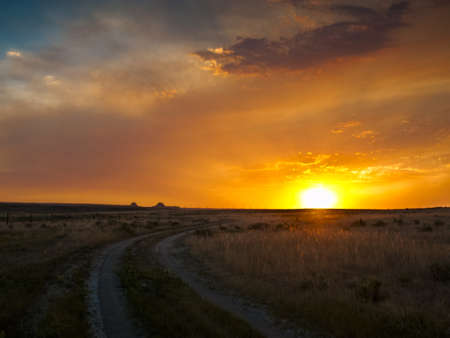 horison: Dramatic sunset at Pawnee National Grassland in Weld County, of northeastern Colorado.
