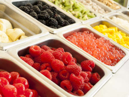 yaourt: Frozen yogourt garnitures bar. Garnitures yogourt allant des fruits frais, noix, fra�chement coup�es bonbons, sirops et arrose.