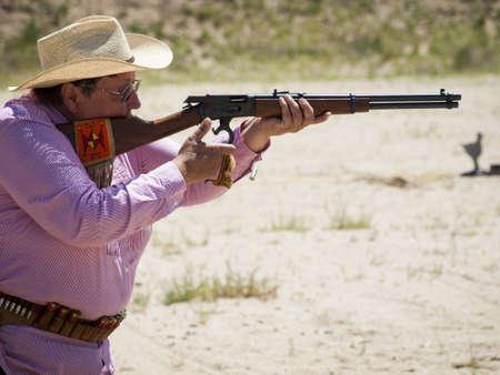 コロラド州 Shaketails カウボーイ アクション撮影サス クラブ 2012年回一致します。使用銃器すなわちレバー アクション小銃、シングル アクション リボルバーおよび散弾銃 19 世紀アメリカ西部に存在するものに基づいています。 写真素材 - 14962300