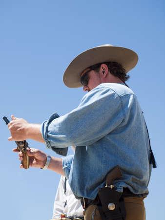 コロラド州 Shaketails カウボーイ アクション撮影サス クラブ 2012年回一致します。 使用銃器すなわちレバー アクション小銃、シングル アクション リボルバーおよび散弾銃 19 世紀アメリカ西部に存在するものに基づいています。 写真素材 - 14962295