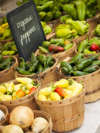 org�nico: Los alimentos frescos org�nicos en el mercado local de agricultores. Los mercados de agricultores son una forma tradicional de venta de productos agr�colas. Foto de archivo