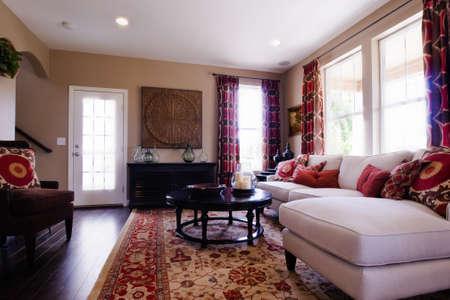 Moderne woonkamer met bank, salontafel, en een open haard.