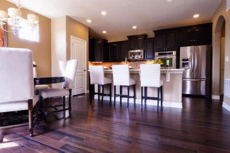 cuisine de luxe: Cuisine moderne avec armoires en bois fonc� et de parquet.