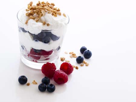 yaourt: Fruit d?licieux, yaourt grec et parfaits granola sur fond blanc