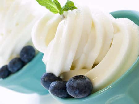 comida congelada: Copa de suave servir helado de yogur en el fondo blanco.