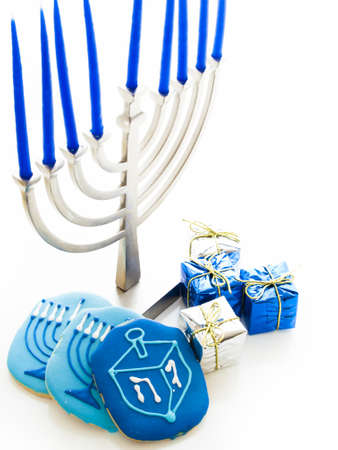 Menorah contemporaine avec bougies bleues sur fond blanc. photo