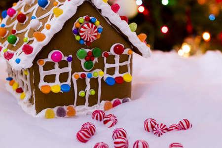 casita de dulces: Casa de pan de jengibre con dulces de menta redondas. Foto de archivo