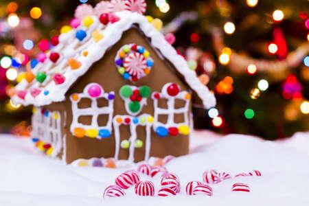Gingerbread house met ronde pepermunt snoepjes. Stockfoto