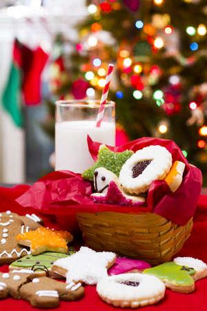 galletas de navidad: Surtido de galletas de la Navidad en fondo rojo.