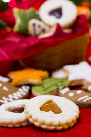 Assorted christmas cookies on red background. 免版税图像