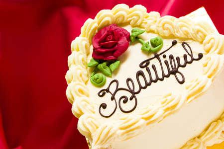 terciopelo rojo: Coraz�n en forma de pastel de terciopelo rojo con glaseado de chocolate blanco.
